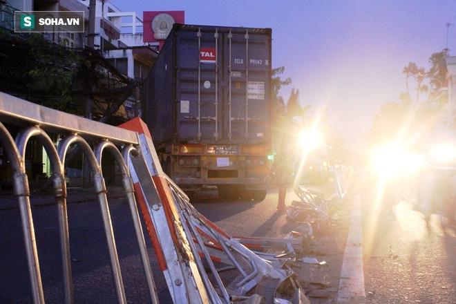 Xe container lao vào 2 nhà dân, nhiều người tháo chạy tán loạn - Ảnh 5.