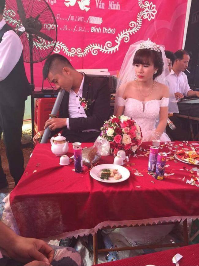 Cám cảnh đến cả ngày cưới, ngồi bên cô dâu mà chú rể vẫn tranh thủ vớ điếu cày làm 1 hơi - Ảnh 1.
