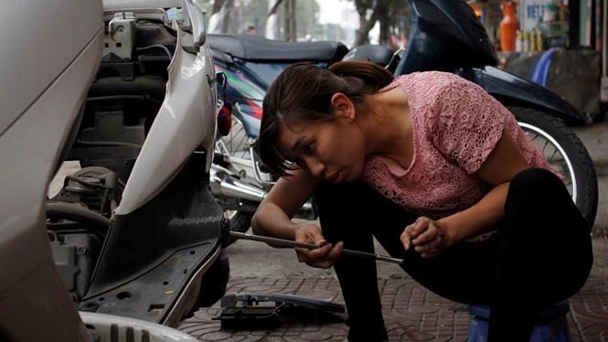 Chị Ngô Thị Ngàn là một thợ sửa xe máy lành nghề. /// Ảnh Lê Tân