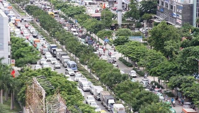 Các tuyến đường khu vực sân bay Tân Sơn Nhất thường xuyên rơi vào cảnh ùn ứ, kẹt xe. Trong ảnh: phương tiện nối đuôi nhau trên đường Trường Sơn