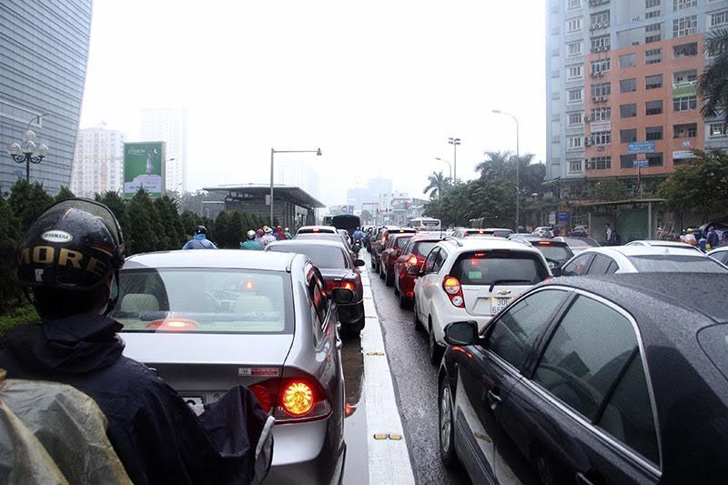 Hà Nội mưa rét, nhiều đường tắc trầm trọng