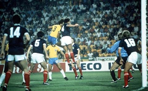 World Cup 1982 nâng lên 24 đội, tạo cơ hội cho những đội bóng không được đánh giá cao như Scotland (áo xanh) có cơ hội tham dự