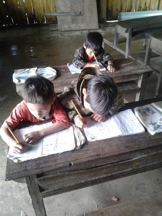 Bàn ghế trong lớp học của thầy Tuấn được nhiều người cho rằng, có thể có từ khoảng hơn 10 năm trước (ảnh Trần Tuấn)