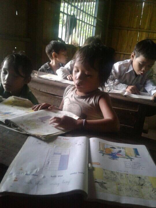 Nhiều khi thầy Tuấn phải nhường sách cho học sinh còn mình dạy ké sách của các em (ảnh Trần Tuấn)