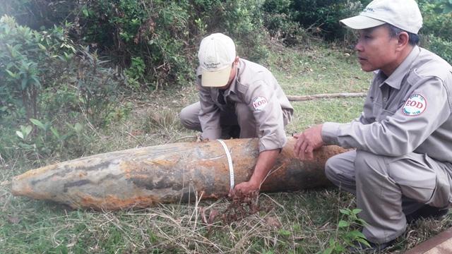 Qủa bom có trọng lượng 266kg được lực lượng rà phá bom mìn đưa lên mặt đất an toàn