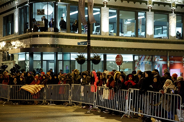 People line a street to try to catch a glimpse of U.S. President BarackObama, who was making a stop nearby on his way to deliver his farewell address in Chicago, Illinois, U.S. January 10, 2017. REUTERS/Jonathan Ernst