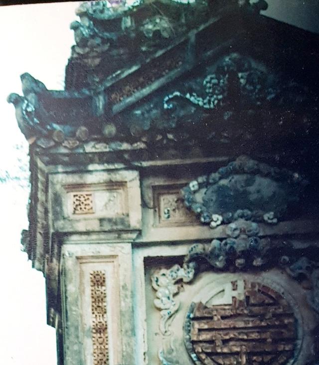 Các hoa văn cổ đắp nổi ở mặt bên Bia Quốc Học năm 2010 (ảnh tư liệu)