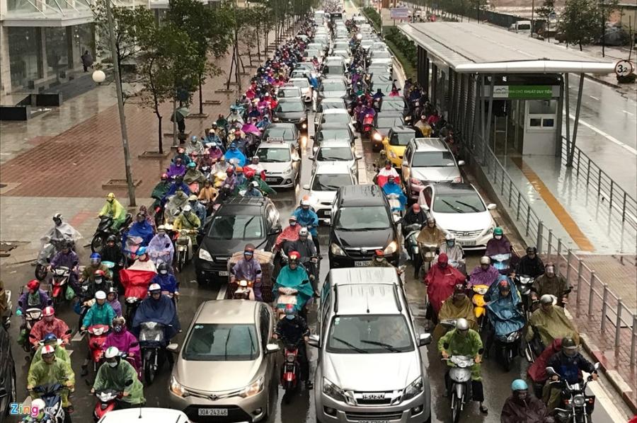 Buyt nhanh BRT 'bat luc' giua dong xe co trong mua lanh hinh anh 2