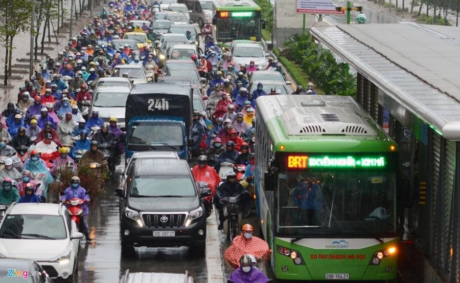 Buyt nhanh BRT 'bat luc' giua dong xe co trong mua lanh hinh anh 3