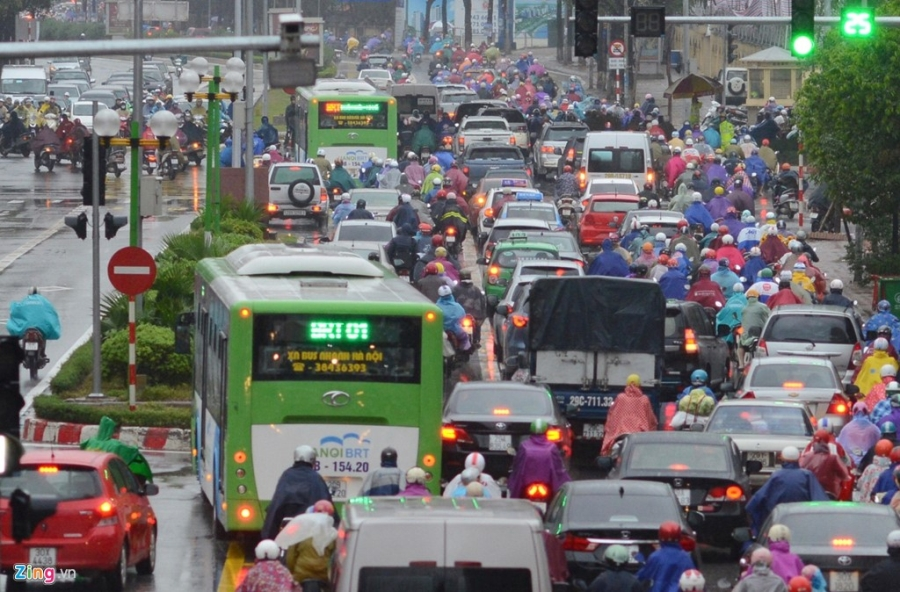 Buyt nhanh BRT 'bat luc' giua dong xe co trong mua lanh hinh anh 4