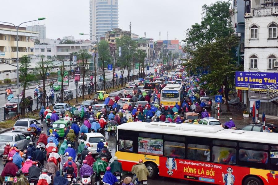Buyt nhanh BRT 'bat luc' giua dong xe co trong mua lanh hinh anh 6
