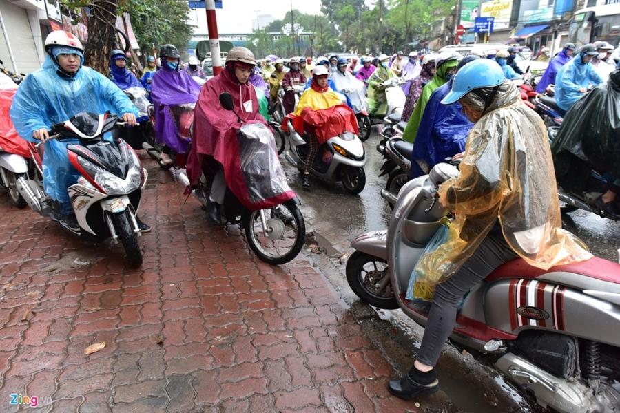 Buyt nhanh BRT 'bat luc' giua dong xe co trong mua lanh hinh anh 8