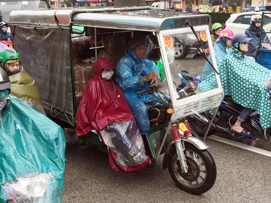 Canh khon kho trong mua ret tren duong pho Ha Noi hinh anh 1