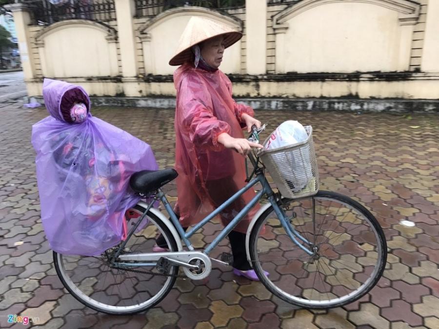 Canh khon kho trong mua ret tren duong pho Ha Noi hinh anh 2