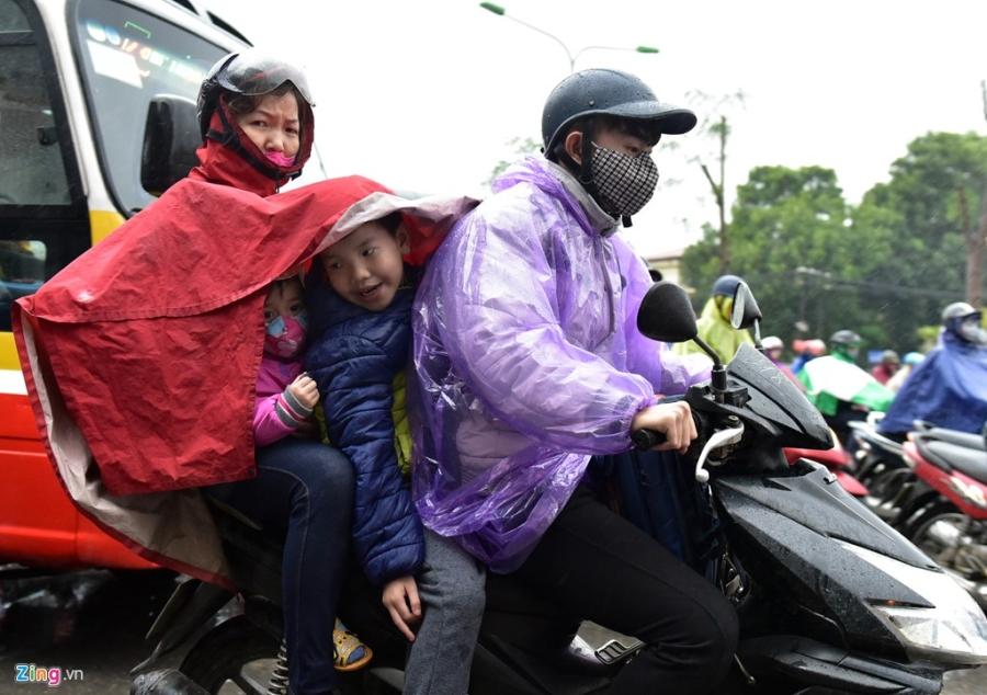 Canh khon kho trong mua ret tren duong pho Ha Noi hinh anh 3