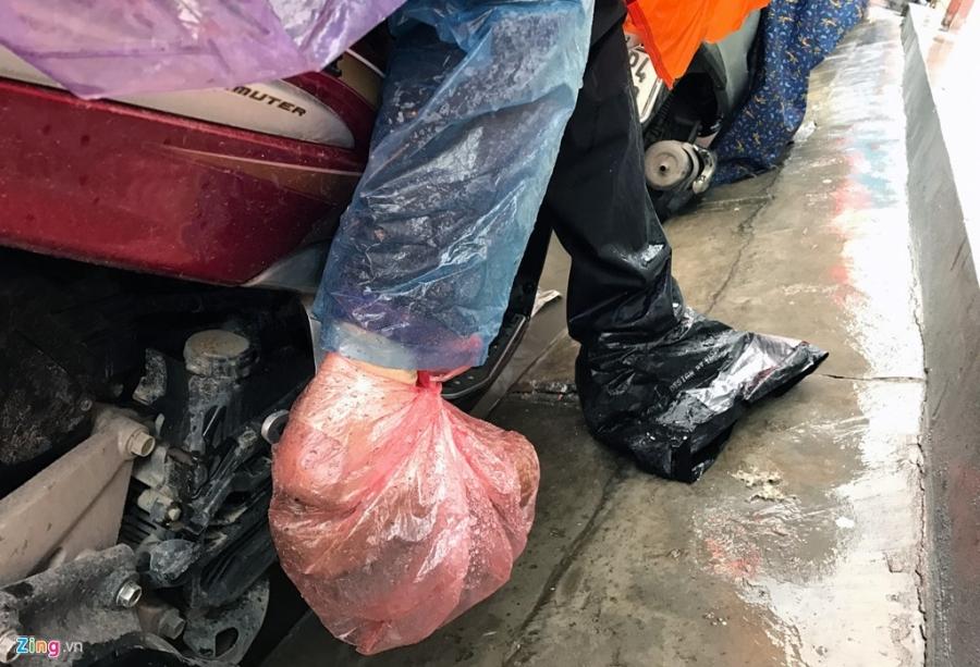 Canh khon kho trong mua ret tren duong pho Ha Noi hinh anh 11