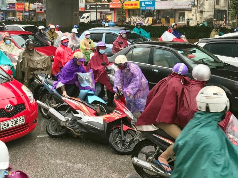 Canh khon kho trong mua ret tren duong pho Ha Noi hinh anh 12