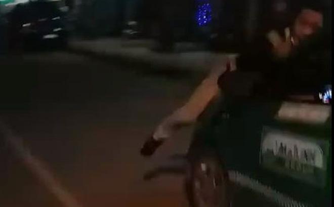 Chặn chiếc taxi Mai Linh gây tai nạn, nam thanh niên bị hất lên nắp capo