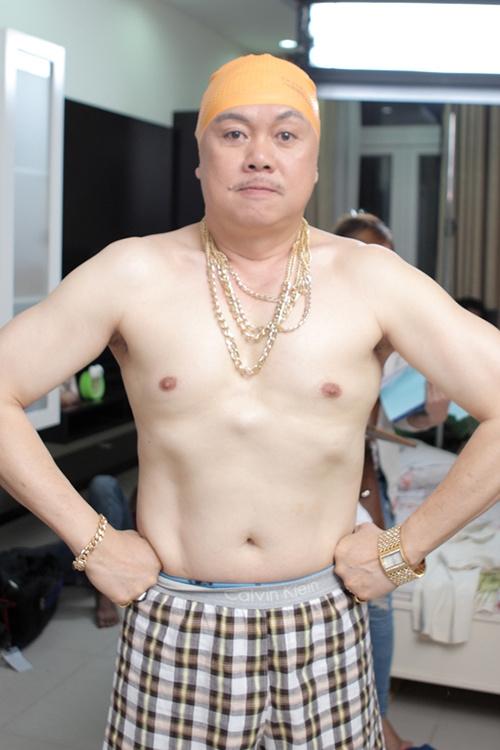 Chí Tài cởi trần khoe vàng trong phim mới