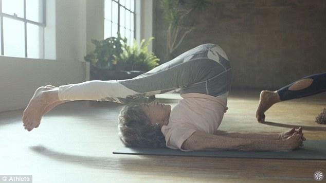 Cụ bà trăm tuổi tập yoga dẻo dai hơn cả thanh niên - Ảnh 1.