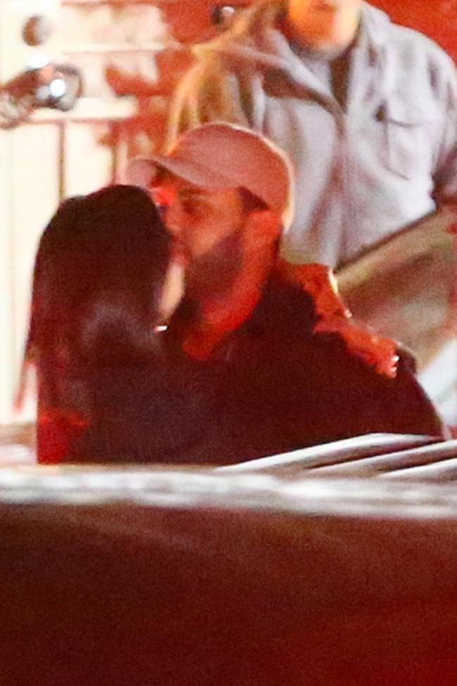 HOT: Selena Gomez lộ ảnh công khai hôn môi The Weeknd tình tứ - Ảnh 10.
