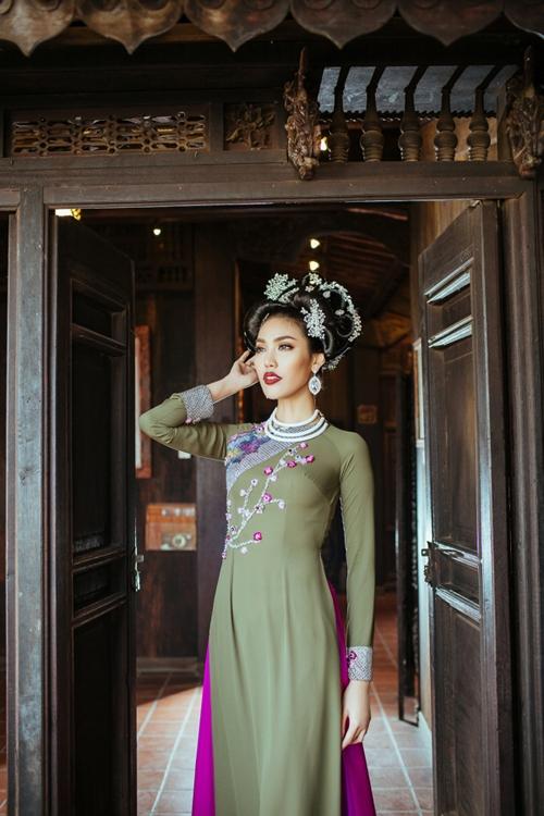 lan-khue-an-tuong-voi-trang-phuc-hoa-tiet-dao-mai-6