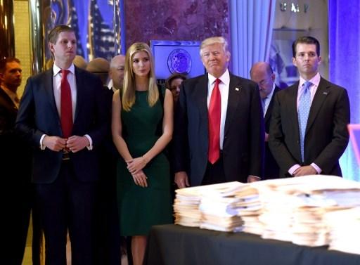 Ông Trump cùng các con trong cuộc họp báo (Ảnh: AFP)