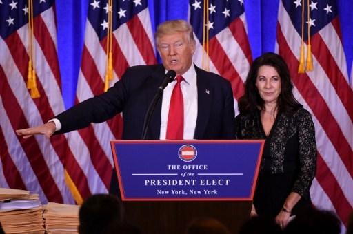 Luật sư Sheri Dillon xuất hiện cùng ông Trump trong buổi họp báo (Ảnh: AFP)