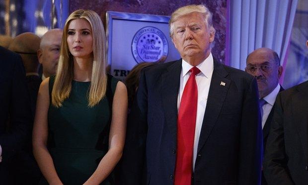 Ông Trump và con gái Ivanka trước cuộc họp báo (Ảnh: AP)