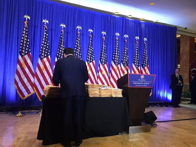 Các tập tài liệu bí ẩn được đặt trên bàn cạnh bục phát biểu của ông Trump (Ảnh: Twitter)