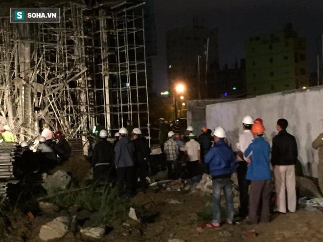 [NÓNG] Sập công trình ở Đà Nẵng, 5 người được đưa ra ngoài - Ảnh 1.