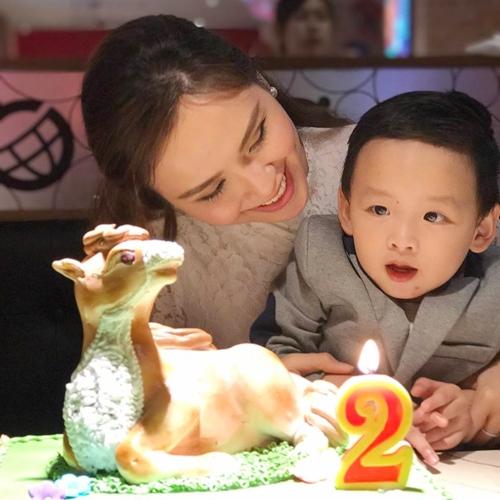 vo-chong-diem-huong-mo-tiec-sinh-nhat-cho-con-trai-3