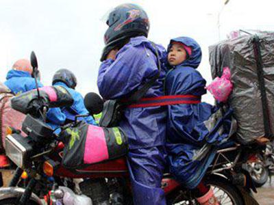 Hàng triệu người Trung Quốc lái xe máy về quê ăn Tết bất chấp đói, rét