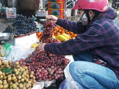 Trái cây, bánh kẹo Trung Quốc đổ về chợ Sài Gòn trước Tết
