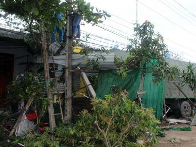 Xe container tông sập nhà dân, nạn nhân kẹt dưới gầm xe 3 tiếng?