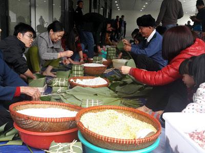 Hà Nội: Cư dân thức thâu đêm luộc bánh chưng, tổ chức tiệc tất niên ngay hành lang, sảnh chung cư
