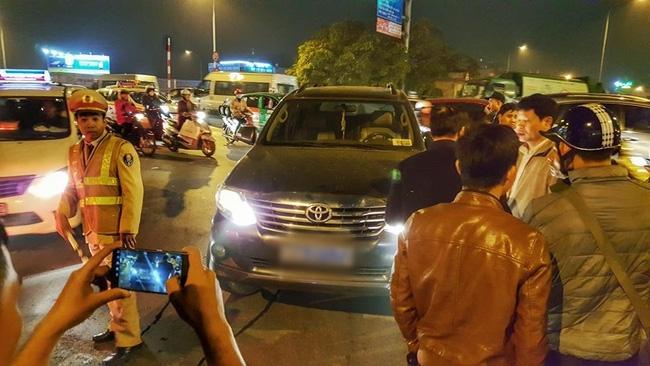 Hà Nội: Cấm ô tô rẽ xuống dốc cầu Chương Dương, CSGT bị tài xế xe biển xanh tát vào mặt - Ảnh 1.