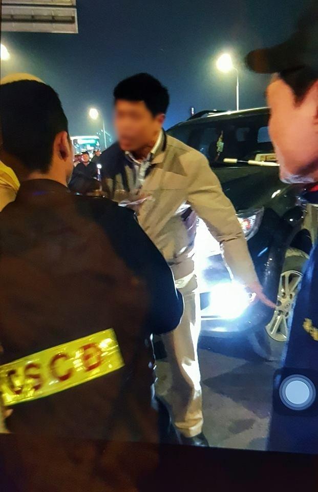 Hà Nội: Cấm ô tô rẽ xuống dốc cầu Chương Dương, CSGT bị tài xế xe biển xanh tát vào mặt - Ảnh 2.