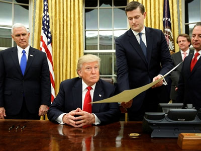 Chính sách đầu tiên được Tổng thống Trump ban hành là gì?