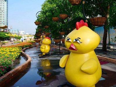 Chú gà ở đường hoa Nguyễn Huệ có biểu cảm như