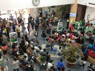 ATM, phòng giao dịch ngân hàng tại Hà Nội quá tải ngày cận Tết