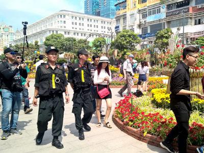Cảnh sát mật phục giữ an ninh đường hoa Nguyễn Huệ