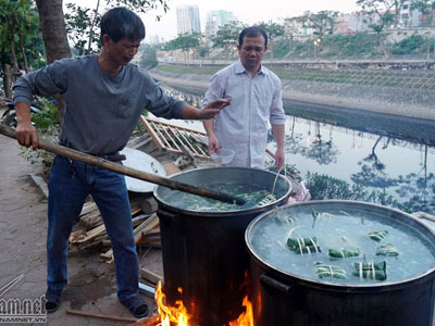 Người Hà Nội luộc bánh chưng bên sông, trên hè phố