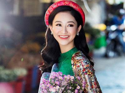 Á hậu Hà Thu diện áo dài lụa đi chợ hoa Tết