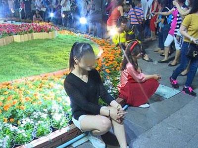 Giẫm đạp, bẻ cành ngay sau khai mạc đường hoa Nguyễn Huệ