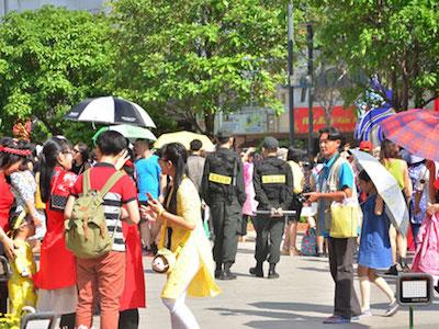 Nhiều người mếu máo vì bị giật điện thoại ở đường hoa Tết