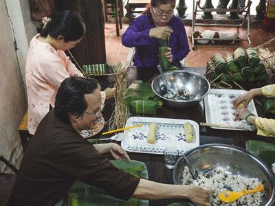 Gia đình ở Sài Gòn sum họp gói bánh tét ngày cuối năm