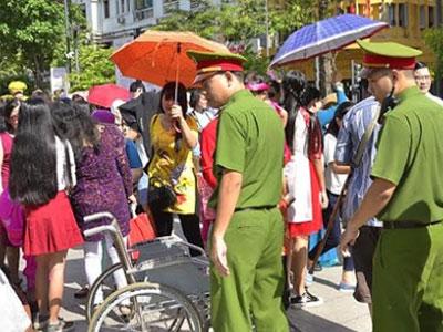 Trinh sát mật phục bắt 3 phụ nữ móc túi ở đường hoa Nguyễn Huệ