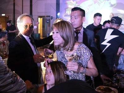 Nịnh vợ cả, tỷ phú sòng bạc cấm cửa kiều nữ TVB về Hong Kong
