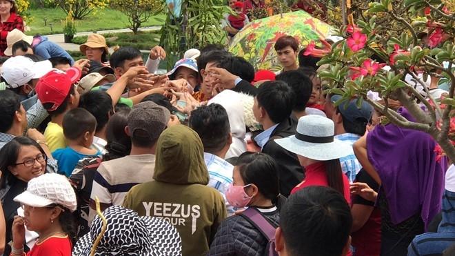 Fan vây kín, chờ nhận lì xì của Hoài Linh ở đền thờ Tổ - 1